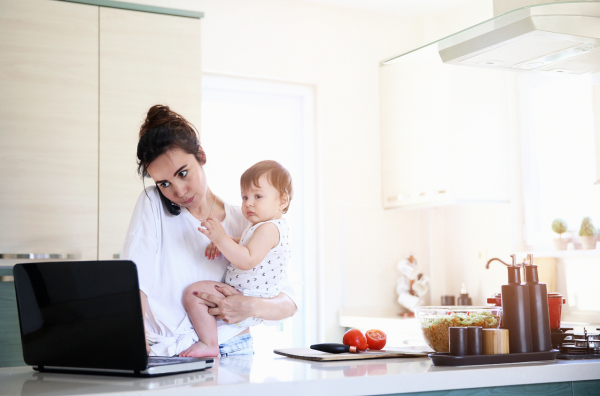 Concilier carrière, maternité et vie de couple : un grand défi?